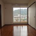 洋室ベランダ側・写真は201号室のものとなります。