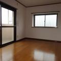 洋室ベランダ側・写真は301号室