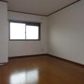 洋室玄関側・写真は301号室のものとなります。
