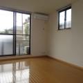 洋室(ベランダ側)・写真は101号室のものとなります。