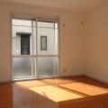 洋室(南側)・写真は102号室のものとなります。