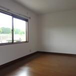 2F洋室(北側)・写真は1号室のものとなります。