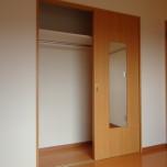 洋室(ベランダ側)のクローゼット・写真は401号室のものとなります。